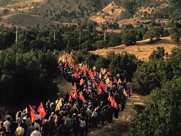 Des milliers de Kurdes irakiens marchent vers Kandil pour former une chaine humaine autour de la guérilla.