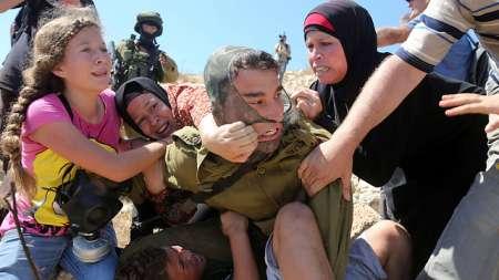 Le militaire cramponné à son jeune prisonnier
