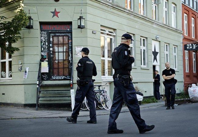 Policiers danois devant le BumZen