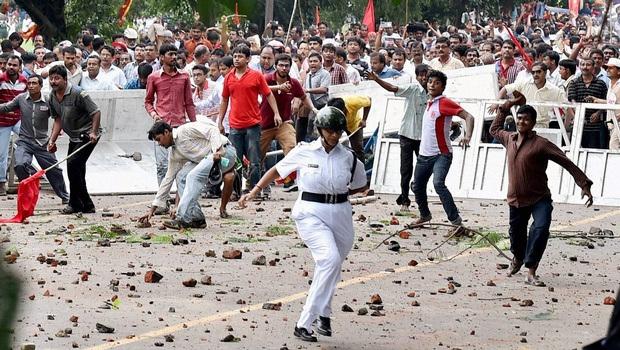Affrontements entre manifestants et policiers à Kolkata