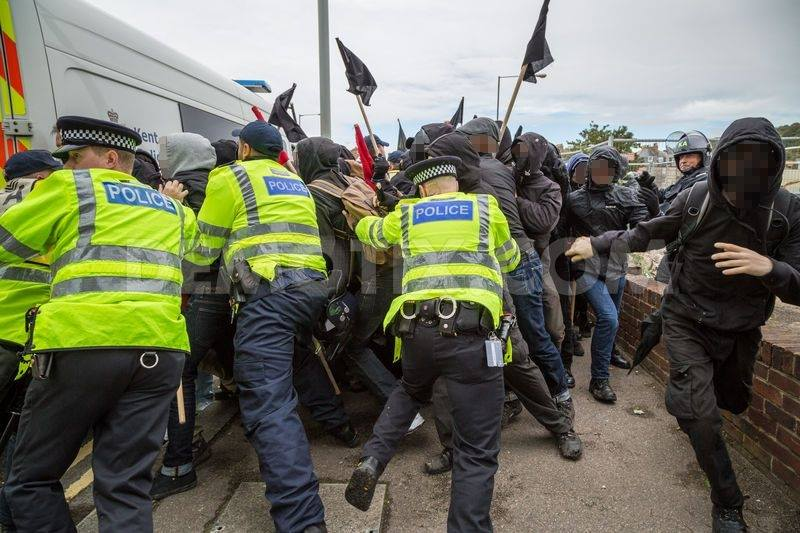 Les antifas tentent de percer un cordon policier