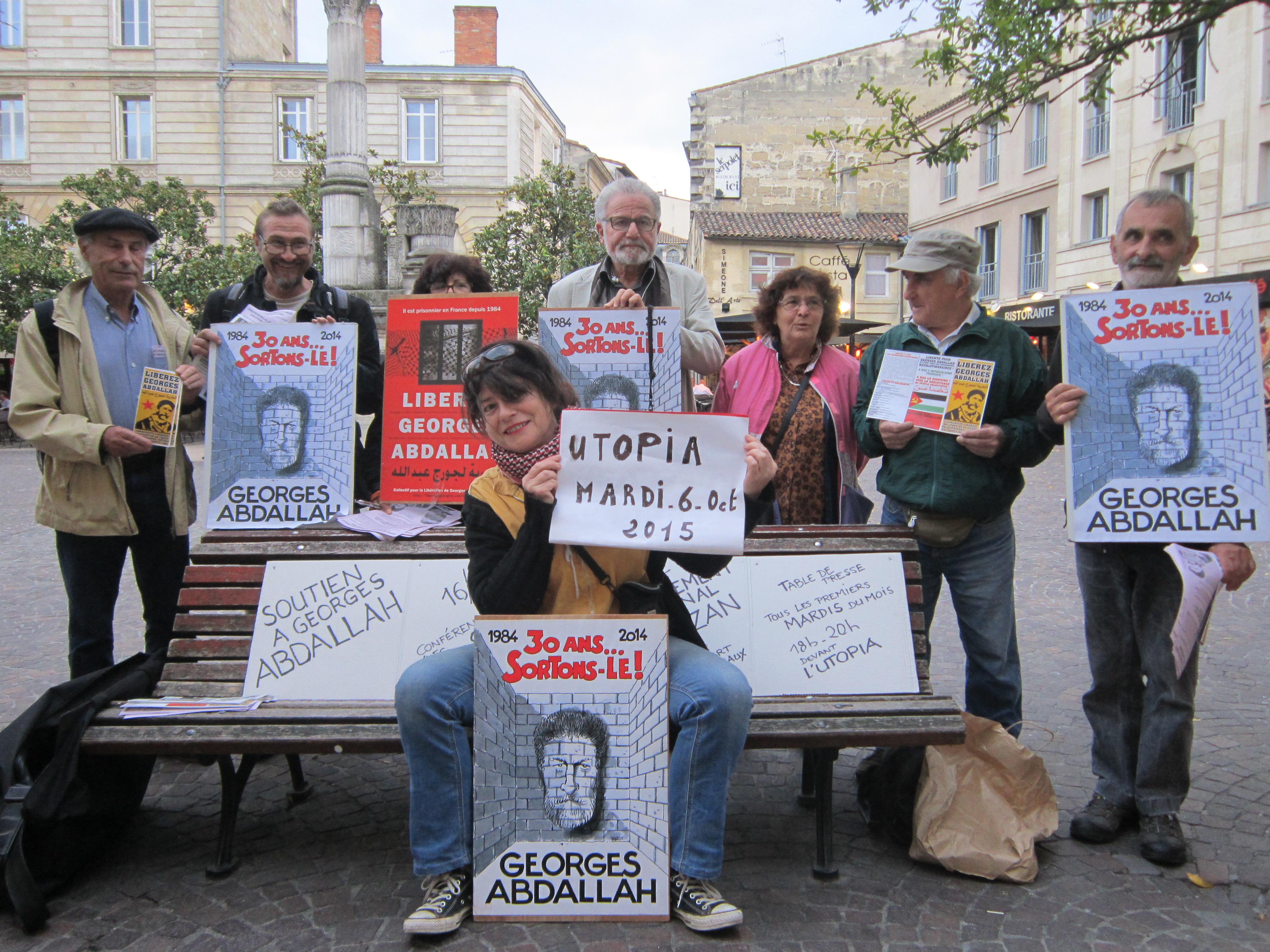 Table de presse devant le cinéma Utopia à Bordeaux