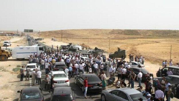 Le convoi de l'HDP bloqué par les militaires sur la route de Cizre