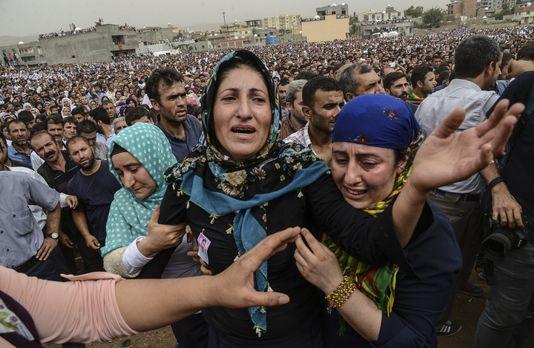 La foule aux funérailles à Cizre
