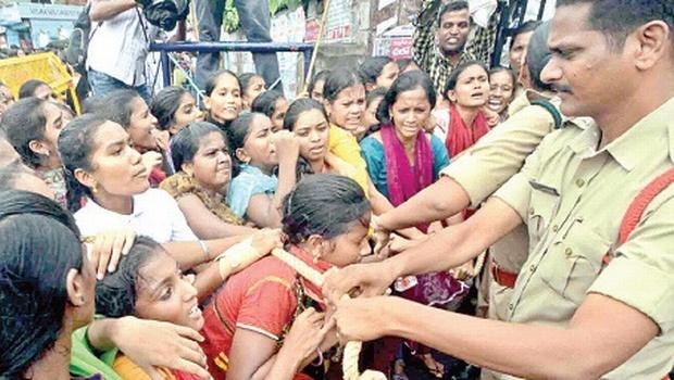 Policiers vs étudiants à Visakhapatnam