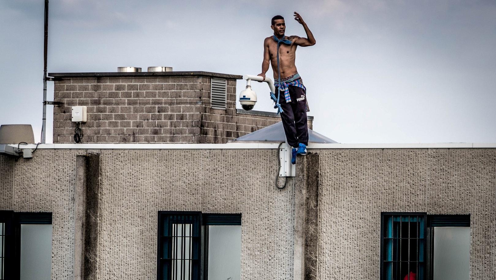 Un sans-papier sur le toit du Centre Fermé 127bis.