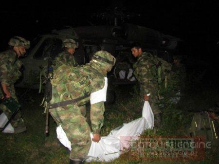 Les militaires emportents les dépouilles des guérilleros