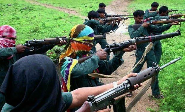 Maoïstes utilisant des fusil à chargement par la bouche