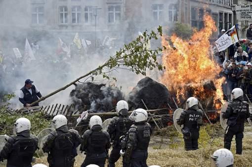 Les agriculteurs affrontent la police à Bruxelles.