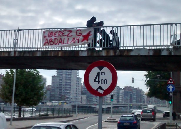 Accrochage de la banderole à Liège