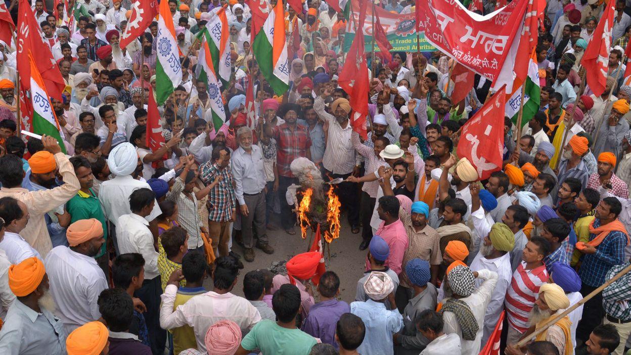Les grévistes brôle l'effigie du premier ministre, le 2 septembre