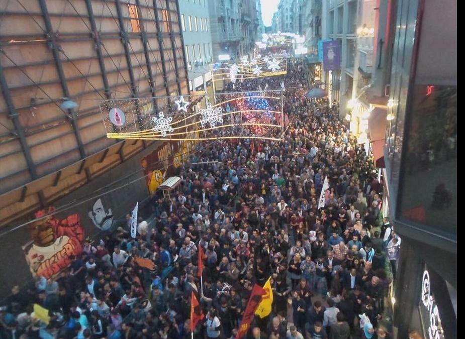 10.000 personnes marchent à Ankara, en solidarité avec les victimes de l'attentat.