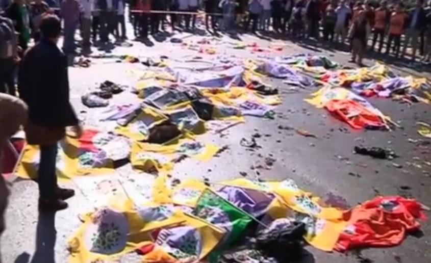 Les drapeaux du HDP jonchent le sol lorsqu'ils ne servent pas à recouvrir des cadavres.