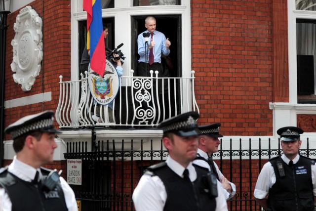 Julian Assange à la fenêtre de l'Ambassade d'Equateur à Londres. Archive.