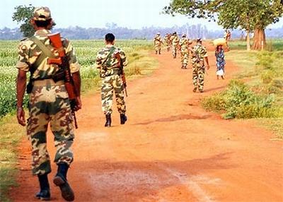 Soldats en patrouille dans le Dantewada