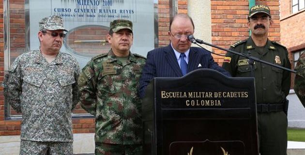 Le ministre colombien de la défense annonçant le bilan de l'attaque de l'ELN