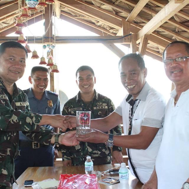 Dario Otaza, feu le maire de Loreto, trinquant avec des militaires