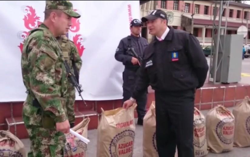 Militaires et policiers posant devant les explosifs découverts
