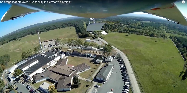 Un drone bombarde un complexe de la NSA avec des flyers.