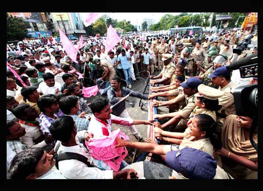Affrontements entre la police et des manifestants dans le Telengana