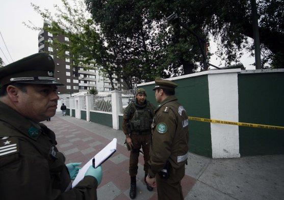 Un engin incendiaire retiré par la police à Santiago.