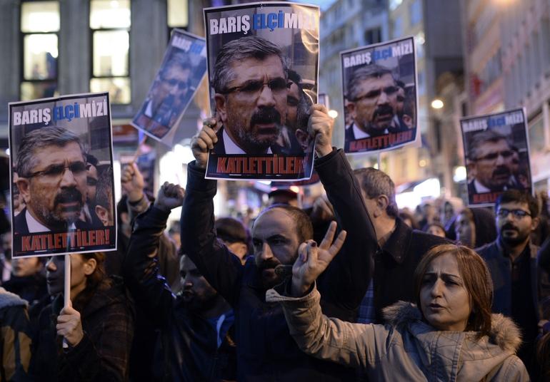 Les manifestants se rassemblent pour Tahir Elçi.