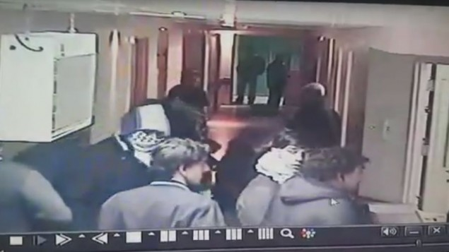 Les militaires déguisés filmés ä leur entrée de l'hôpital par une caméra de surveillance