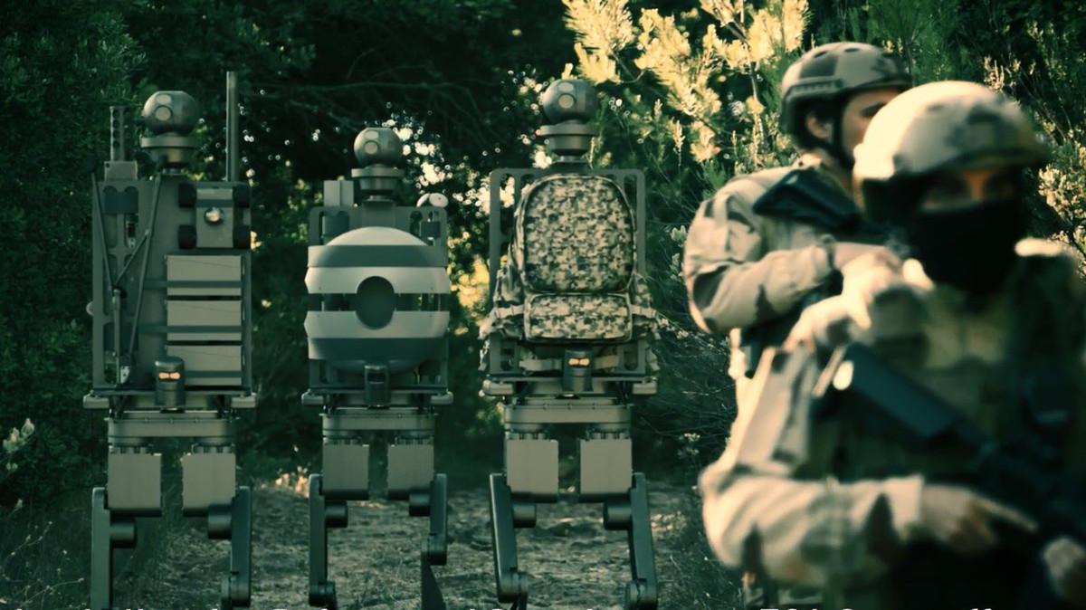 Des robots humanoïdes (sur la gauche)