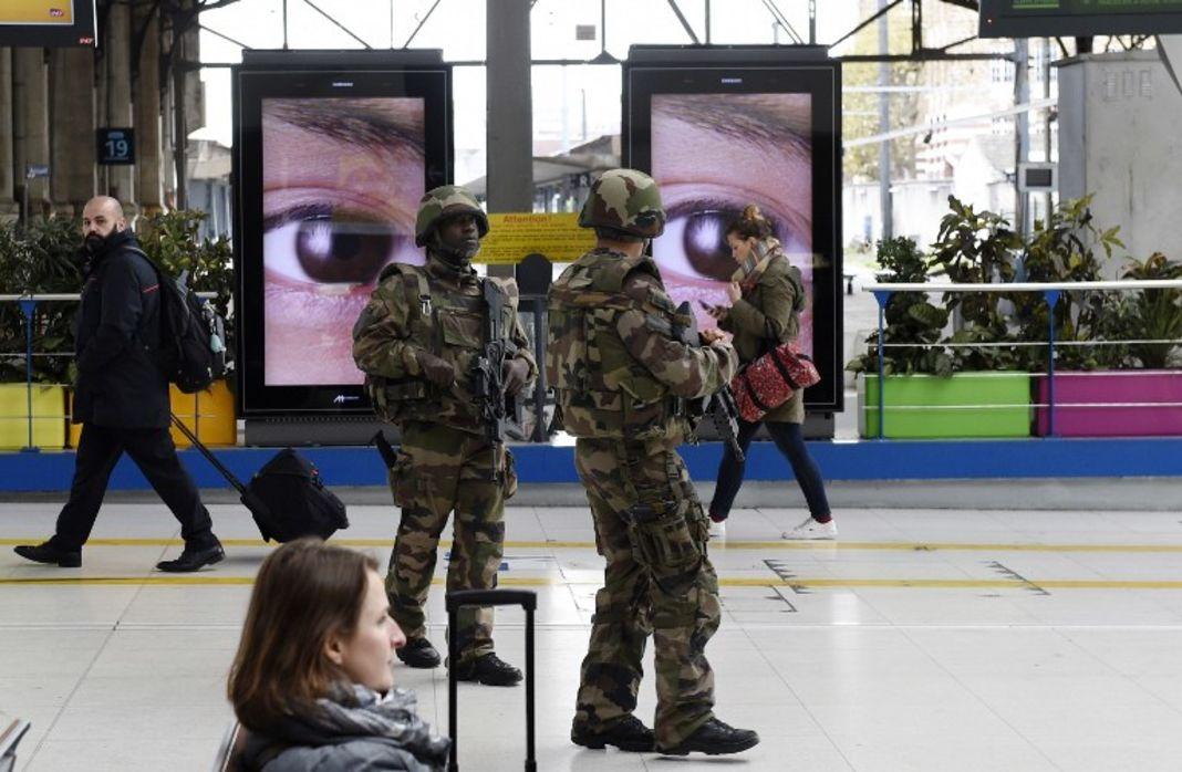 Des militaires possiblement anxieux.