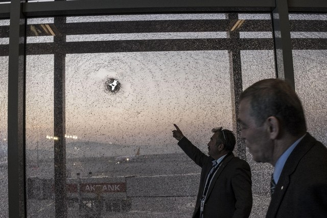 Une vitre endommagée par l'explosion.