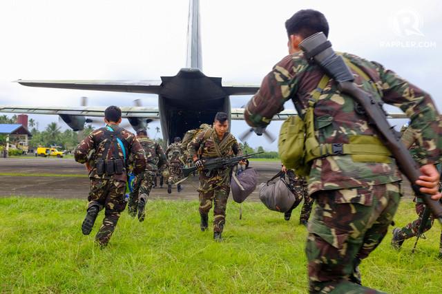 Les militaires débarquant du C130