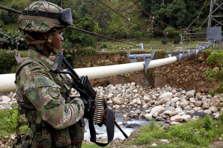 Militaires gardant l'oléoduc Caño Limón Coveñas