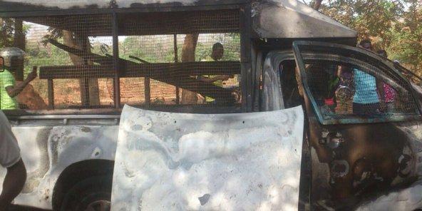 Le véhicule de gendarmerie incendié sur le campus