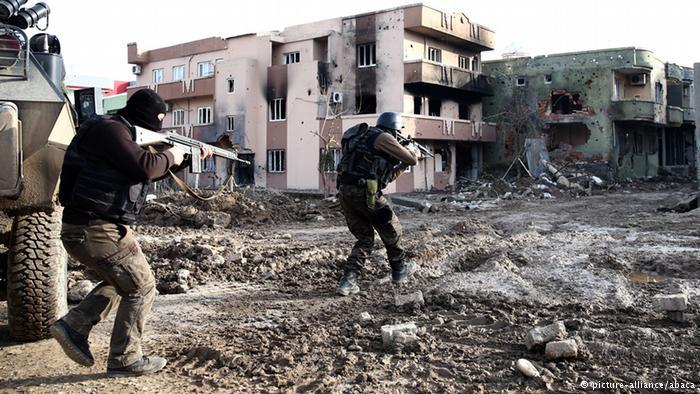 Des militaires turcs appliquant le couvre-feu.
