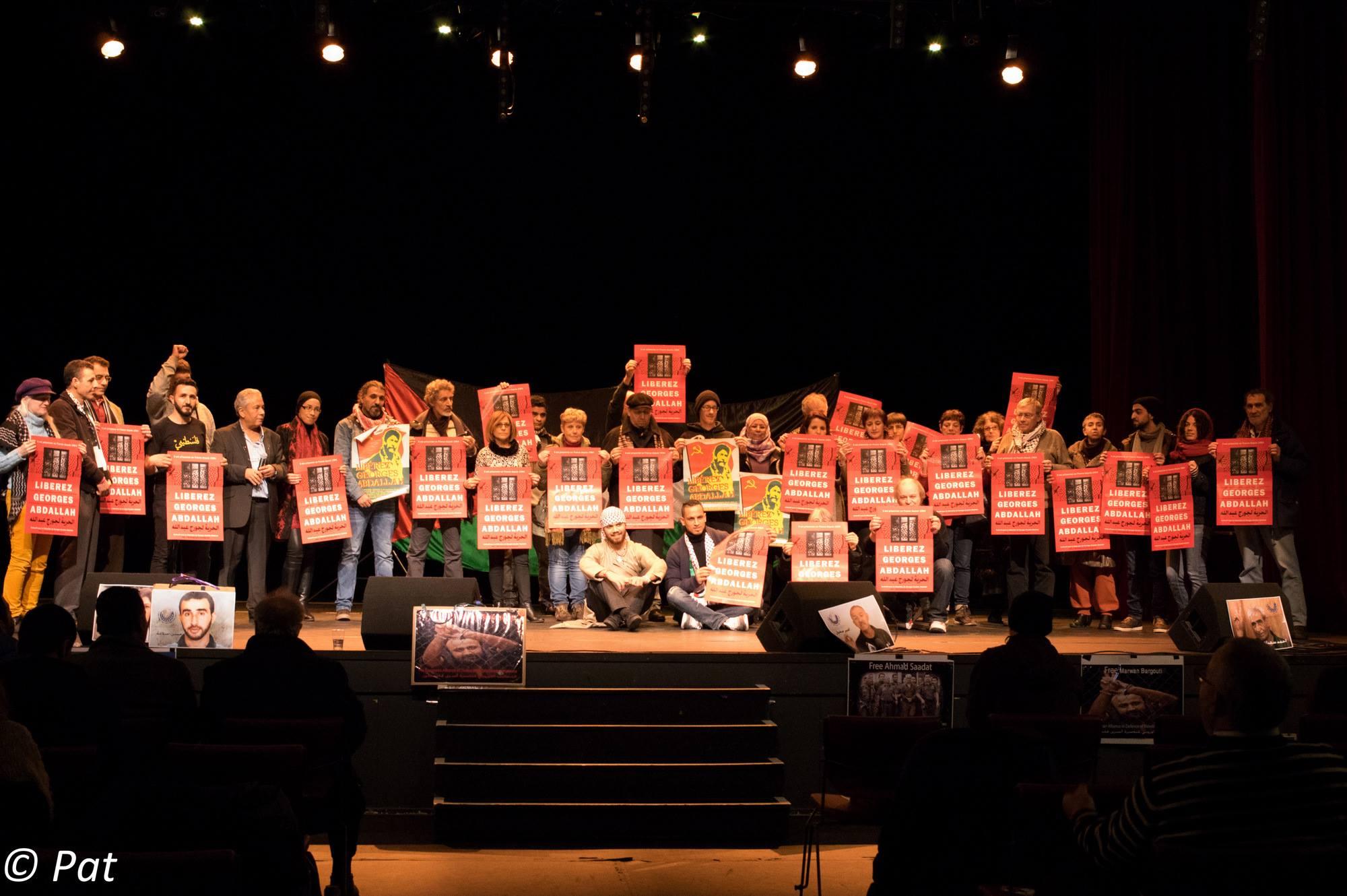 Des participants à la journée avec des affiches appelant à la libération de Georges Abdallah