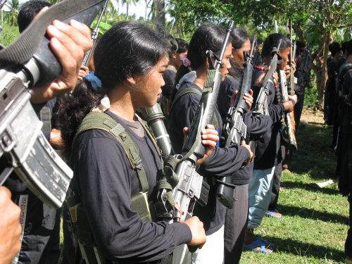 Combattantes maoistes aux Philippines