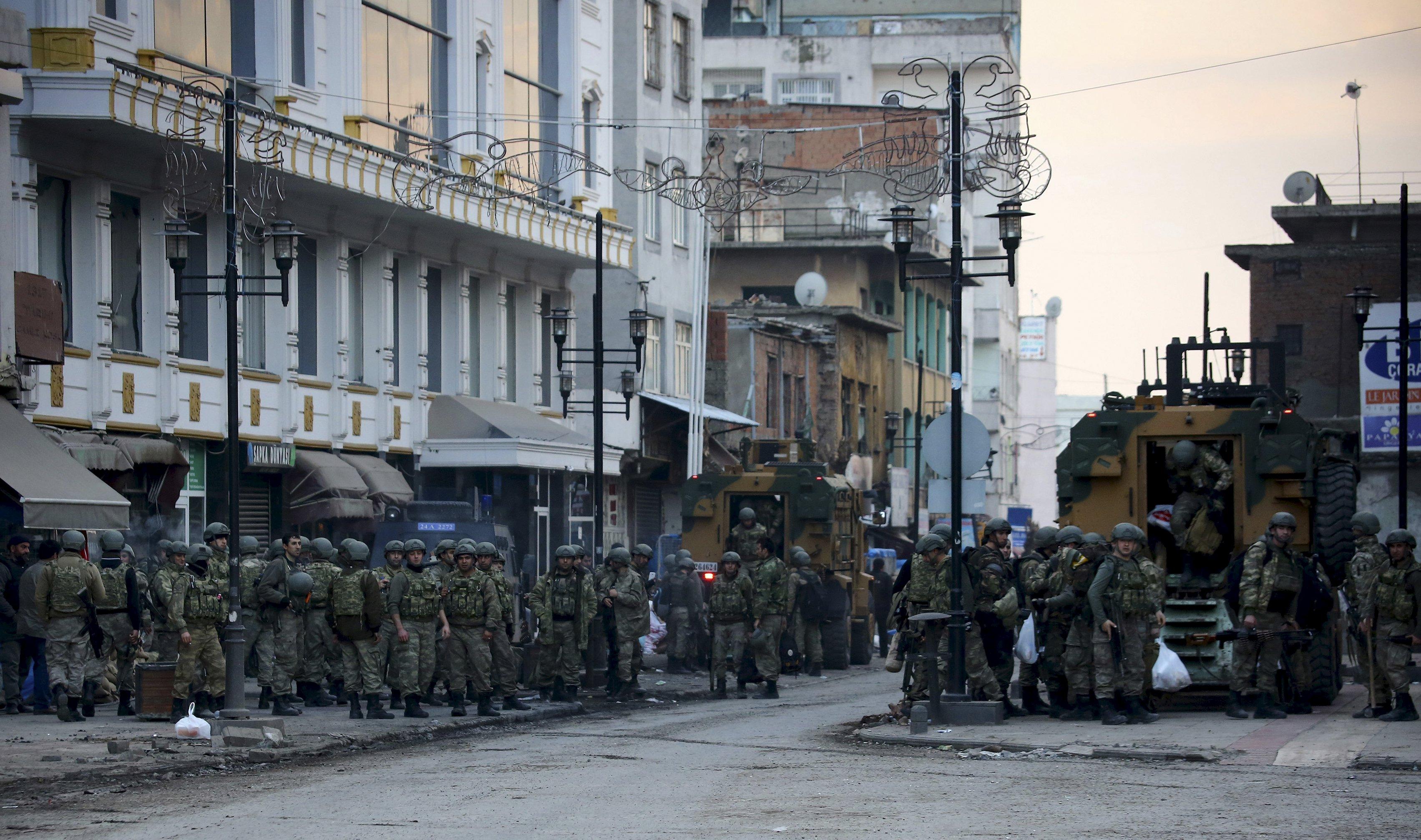 Militaires turcs à l'une des entrées du district de Sur