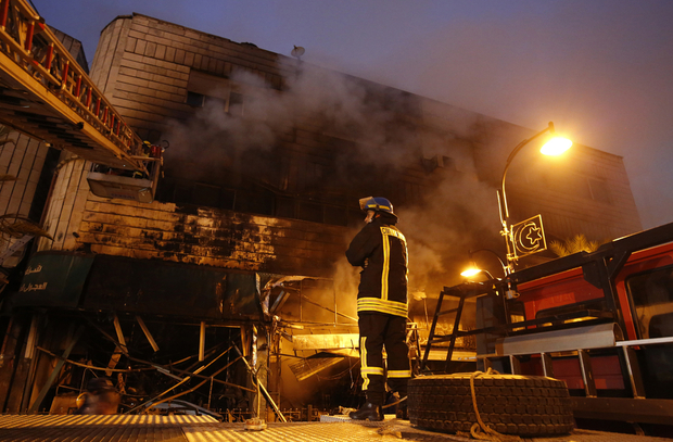 Pompier palestinien devant le bureau de change incendié