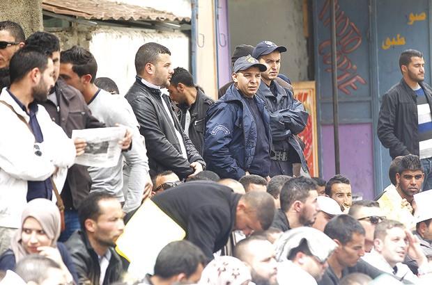 Les enseignants grévistes de la faim cernés par la police