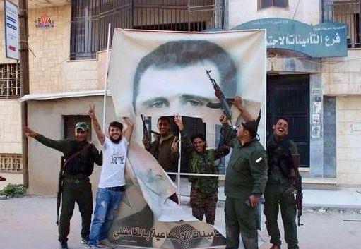Un portrait de Bashar al-Assad déchiré par les combattants kurdes