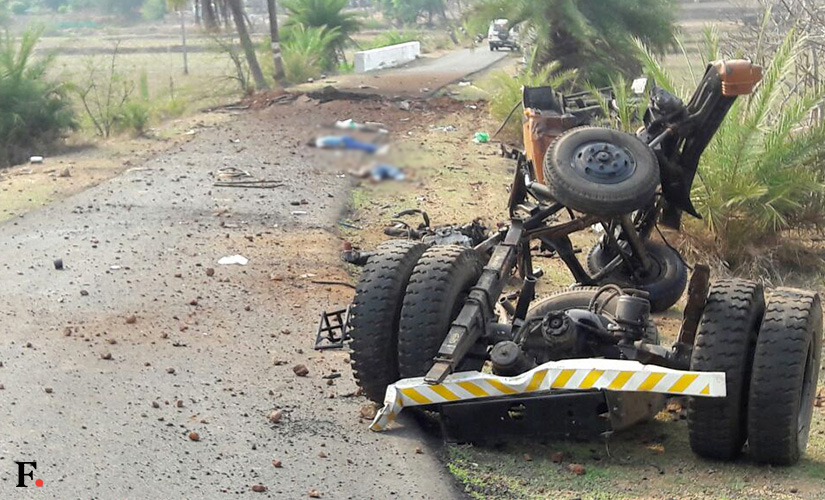 Le débris du camion des paramilitaires après l'explosion, à l'arrière plan, le cratère