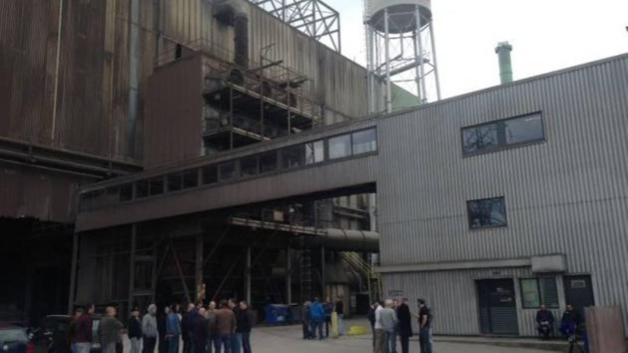 Les ouvriers rassemblés dans l'aciérie hier après-midi