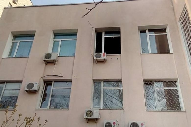 La fenêtre par laquelle deux cocktails Molotov sont entrés. Bien visé.