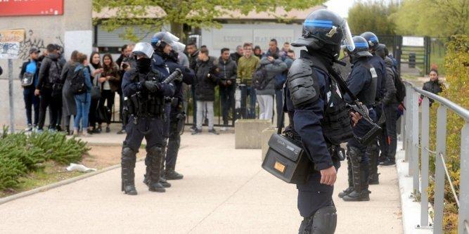 Après les affrontements, la police a quadrillé le secteur
