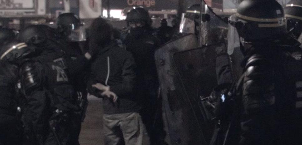 Extrait de la vidéo où des CRS boxent des manifestants menottés