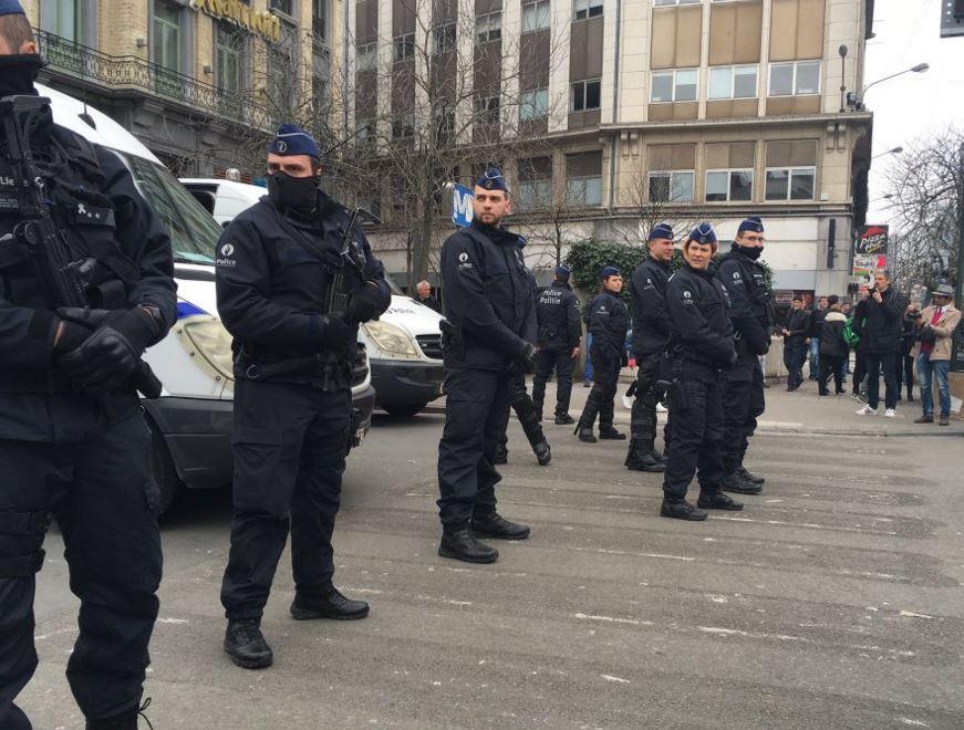 Policiers empêchant tout rassemblement
