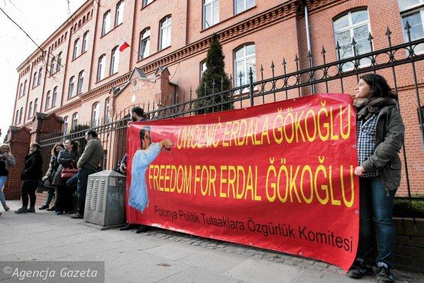Manifestants rassemblés devant le tribunal
