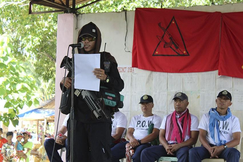 Un délégué de la NPA lit l'ordre de libération devant les prisonniers