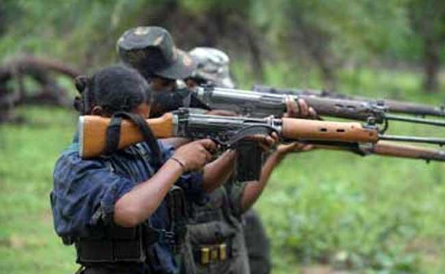 Combattante maoïste armée d'un SLR (photo d'archive)