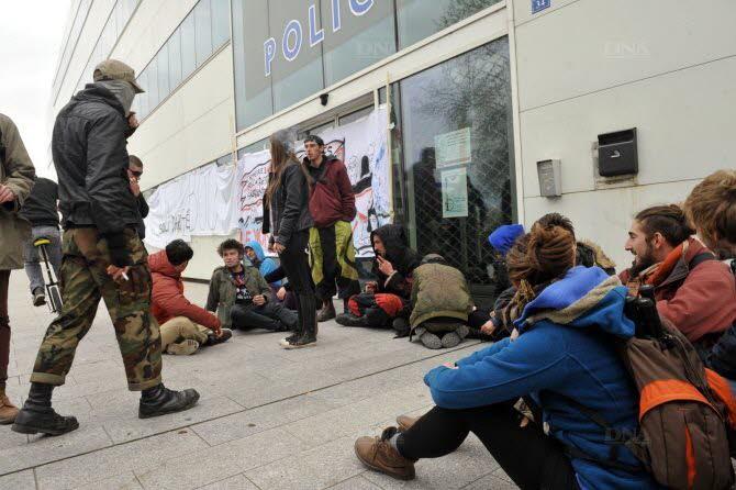 Rassemblement spontané samedi devant le commissariat de Strasbourg
